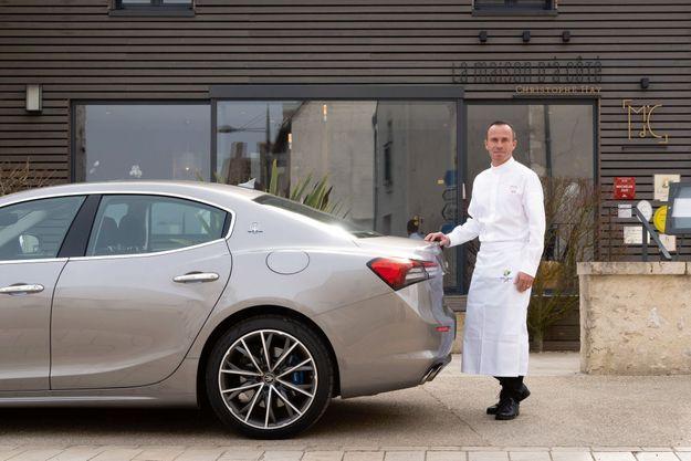 Christophe Hay avec la Maserati Ghibli Hybrid, devant son restaurant La Maison d'à côté