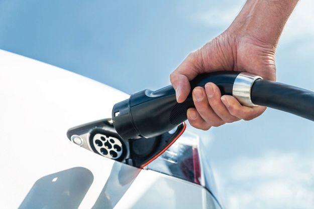 A compter du 1er janvier 2021, la moyenne des émissions de CO2 des voitures vendues par un constructeur ne devra pas excéder un certain seuil. Chaque gramme en trop se paiera 95 euros par véhicule, selon la directive de Bruxelles.