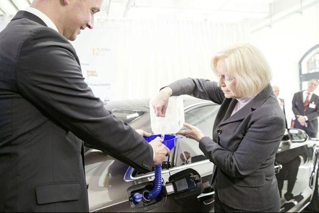La ministre allemande Johanna Wanka fait le plein avec de l'e-diesel.