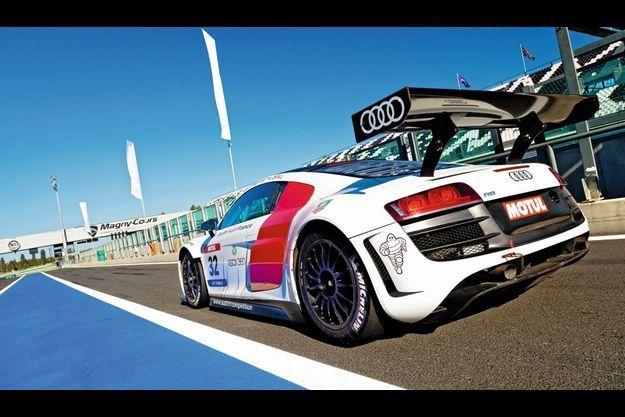 Malgré son V10 5.2 litres et sa boîte six rapports avec palettes au volant, l'Audi R8 LMS Ultra (4,47 m, 1 360 kg) est une simple deux-roues motrices spécialement préparée pour la course. Prix public : 330 000 €.