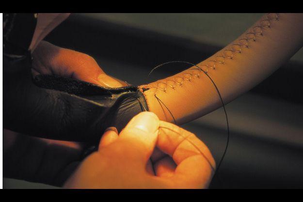 Doublage du volant cousu main sur deux épaisseurs, bien moelleuses et en cuir, naturellement !