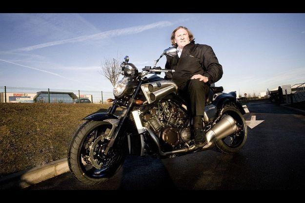 L'acteur avoue tout de même dix-sept accidents de moto, mais seulement deux sérieux.
