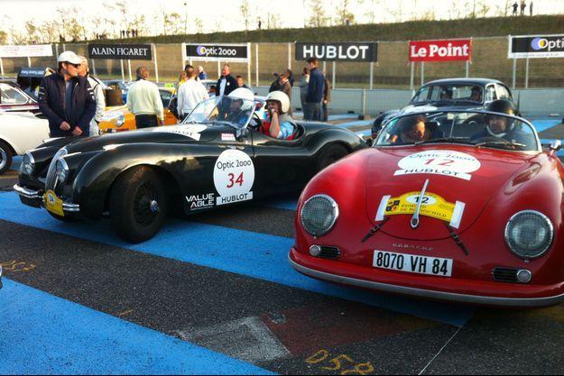 Les Mathieu au départ du circuit de l'anneau du Rhin, près de Mulhouse, dans leur Porsche 356 Speedster.