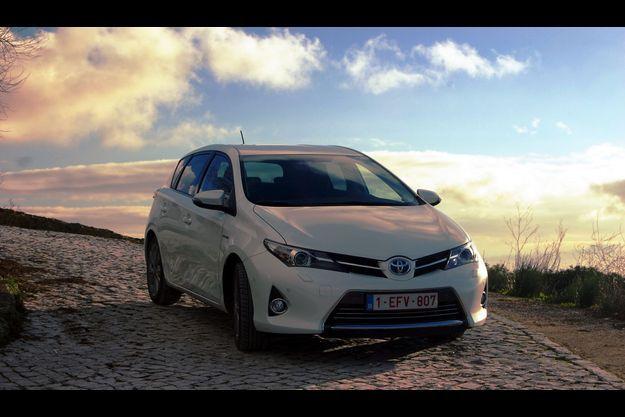 La Toyota Auris HSD, près du Castelo de Palmela, au Portugal.