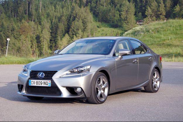 Lexus a pris le risque de choquer en osant une calandre très agressive.