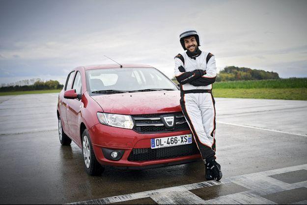 Laurent Ournac et la Dacia Sandero de « Top Gear ».
