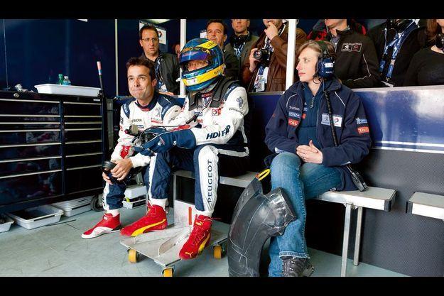 Dimanche 12 juin. Sébastien Bourdais se prépare à prendre le relais de Simon Pagenaud au volant de la Peugeot n° 9. Près de lui, Audrey Repingon le soutient