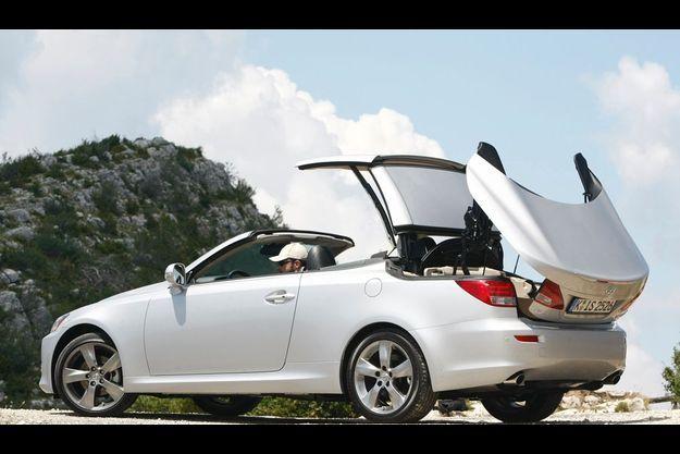 Lexus IS 250 C. A partir de 49 900 €, 208 ch, 210 km/h, 9,3 l/100 km, CO2/km : 219 g (malus : 1 600 €)