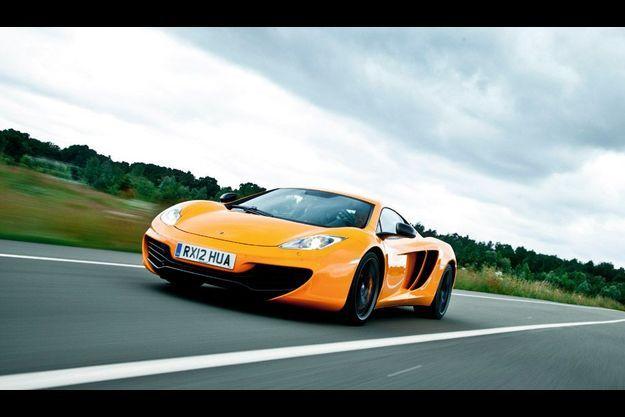Un an après le lancement de la MP4 12C, McLaren dévoile la version «open». Baptisée 12C Spider, elle se découvre en 17 s. et file à 329 km/h en vitesse maximale.