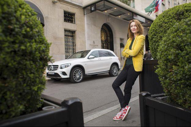 Audrey Marnay et le GLC prennent la pose devant l'hôtel George-V, à Paris.