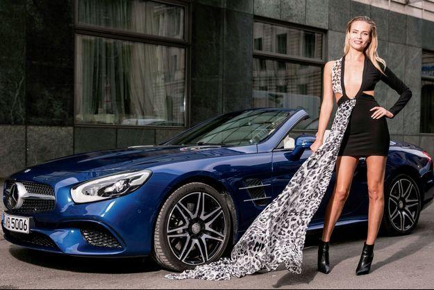 Natasha Poly devant la Mercedes SL