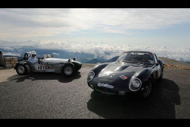 A l'approche du sommet, la Lotus Seven Paris Match et une élégante Ferrari 250 GTO prennent la pose. Le 6 juin dernier, le mont Ventoux accueillait 75 ans d'histoire automobile.