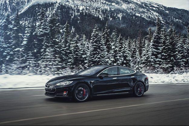 Conçue pour l'hiver, la transmission intégrale de la Model S P85D apporte un gain d'efficacité par tous temps.