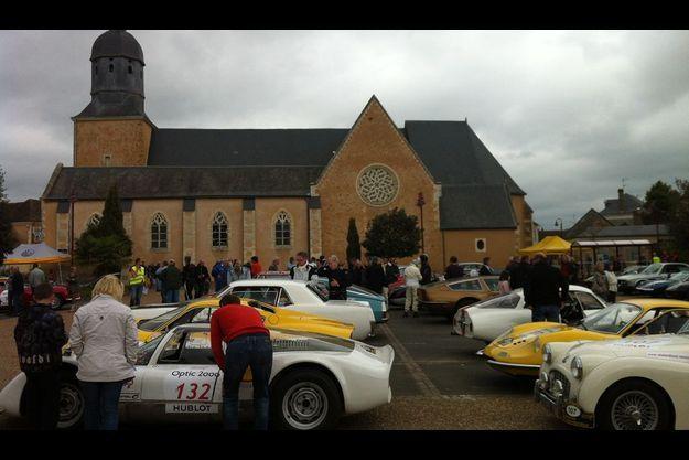 Le coup d'envoi de la 22eme édition du Tour auto optic 2000 a été donné mardi matin vers 8h au château de Dampierre en vallée de Chevreuse.