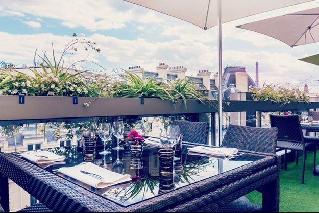 Après la route, le réconfort sur les toits de Paris au restaurant le « W » de l'Hôtel Warwick dans le quartier des Champs Elysées.