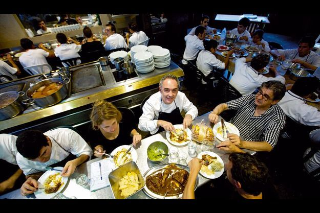 A El Bulli, le chef casse la croûte sans façon avec son équipe, sur les tables de travail. Privilège inédit, notre reporter a pu partager ce repas simple et savoureux lors d'un des derniers services avant fermeture.