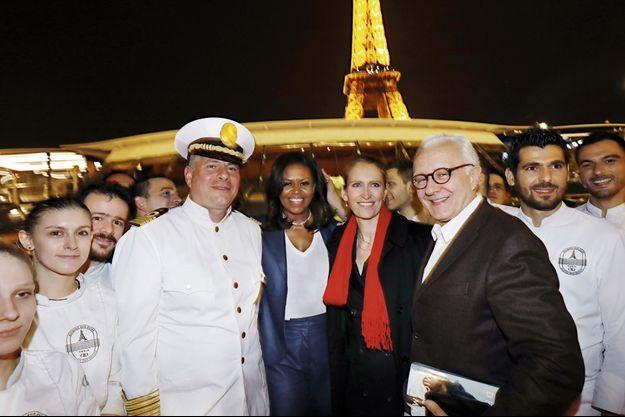 Le 17 avril, Alain Ducasse reçoit Michelle Obama, à l'occasion d'un dîner sur la péniche-restaurant Ducasse sur Seine.