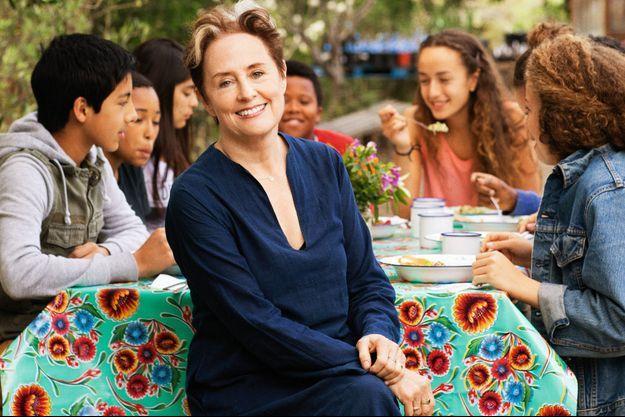 Entourée de lycéens, Alice Waters milite pour l'apprentissage de la cuisine saine dès l'école