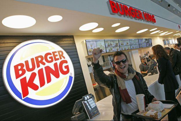 Un client ravi de sa commande après la réouverture à Marseille du Burger King