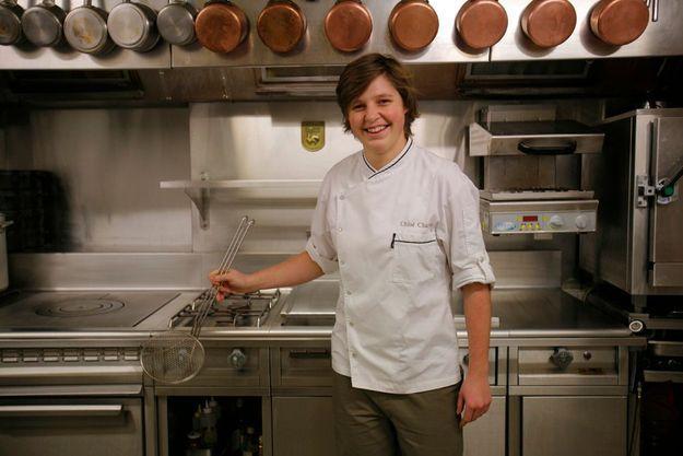 A Paris, dans la cuisine du Versance, Chloé apprend à son tour à transmettre.