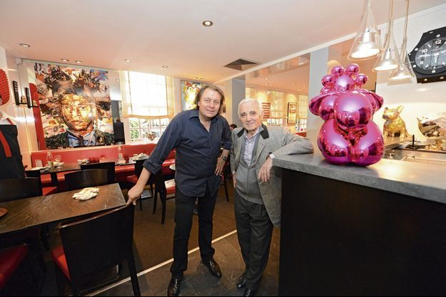 A côté d'une œuvre de Jeff Koons, Albert Corre, le patron, et Charles Aznavour, qui vient de fêter ses 90 ans.