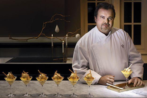 Pierre Hermé dans son laboratoire parisien, où il élabore toutes ses nouveautés. Son « Infiniment clémentine de Corse » fait la part belle aux produits de saison.