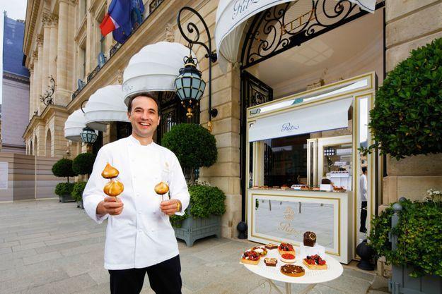 Fermé jusqu'à nouvel ordre, le Ritz propose Le Petit Comptoir de Pâtisseries devant l'entrée de l'hôtel. Dans les mains du chef, des s'mores, inspirés de son périple en Californie.