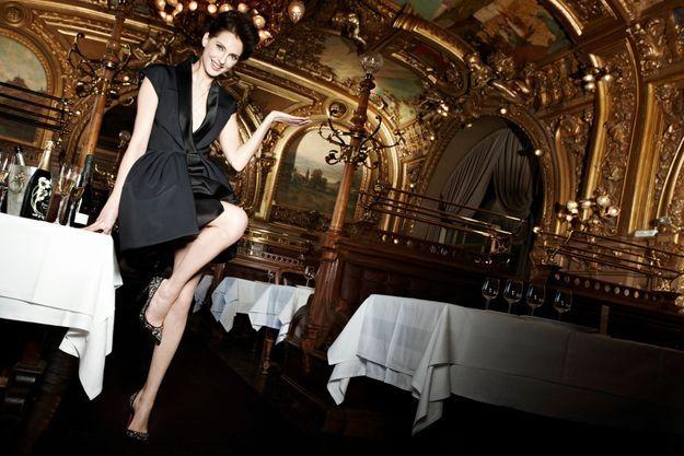 Glam et champ ! Clin d'œil à la Belle Epoque avec Frédérique, ici au restaurant Le Train bleu, à Paris.