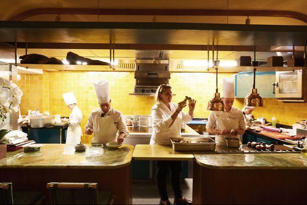 Stéphanie Le Quellec dans la cuisine ouverte de La Scène, son restaurant flambant neuf. Après avoir dirigé les cuisines du Prince de Galles et décroché deux étoiles, elle est enfin « chez elle ».