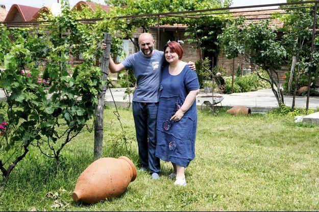 C'est l'un de leurs secrets : aux pieds de Iago et Marina Bitarishvili, pionniers du renouveau viticole, une amphore traditionnelle.