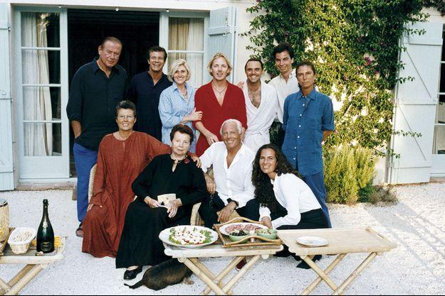 Giorgio Armani entouré de quelques amis et de sa famille : sa sœur Rosanna et sa mère Maria, assises à gauche, ses nièces Roberta (accroupie) et Silvana (debout à droite), et son neveu Andrea (peignoir blanc). Il y a quelques années, en vacances à Saint-Tropez.