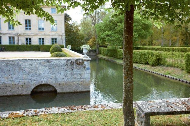 On découvre Primard, une maion d'eau bordée par l'Eure et entourée de douves, en visitant le jardin.