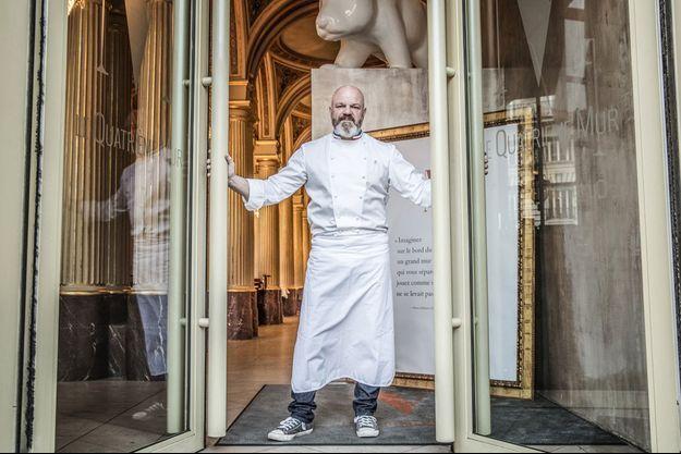 Philippe Etchebest devant son restaurant Le Quatrième Mur