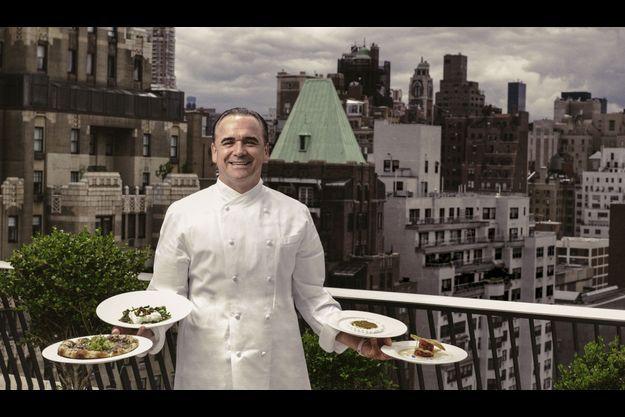 Sur le toit de la terrasse du Mark Hotel, célèbre établissement de l'Upper East Side, dont il dirige le restaurant, Jean-Georges présente quatre de ses plats vedettes dont la fameuse pizza aux truffes et fontina (à g.).