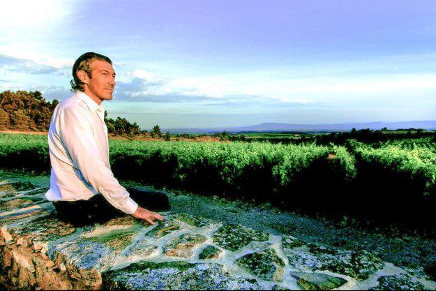 Au point du jour, il contemple cette terre qu'il aime profondément.