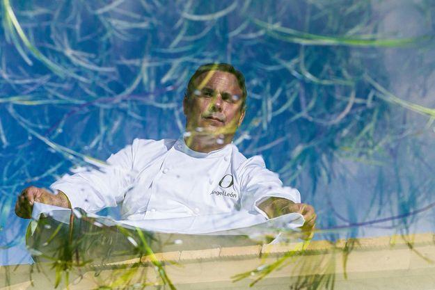 À El Puerto de Santa Maria, Le chef Angel Leon, devant la piscine d'eau salée attenante à son restaurant, Aponiente.