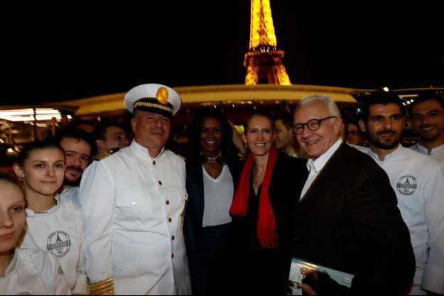Michelle Obama aux côtés d'Alain Ducasse et des membres de l'équipage.