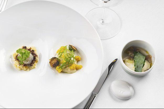 Toujours sur le fil de l'inspiration du moment, ses plats ciselés nous font voyager du côté de la Méditerranée, avec ses gambas et ses coquillages.