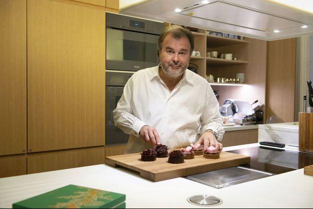 Dans la cuisine de son appartement parisien, Pierre Hermé présente ses gâteaux végans.