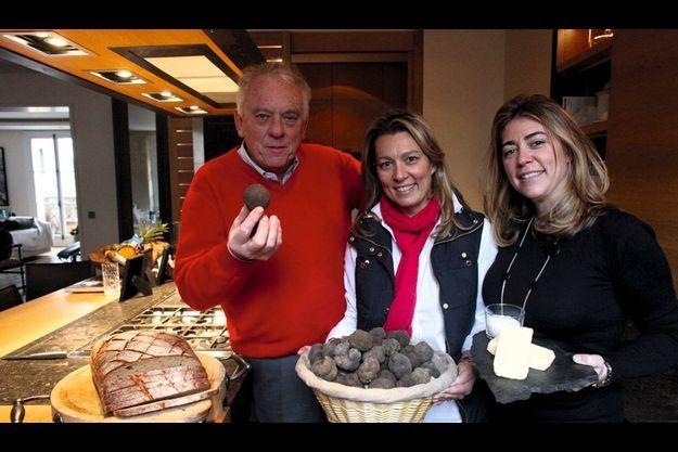 Michel Rostang, le chef double étoilé, et ses deux filles, Caroline et Sophie.