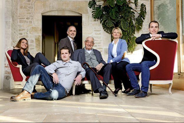 Trois générations de Drappier. De g. à dr., Charline, Hugo, Michel, André Drappier le patriarche de 90 ans, Sylvie, l'épouse de Michel, et Antoine.