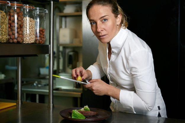 Dans les cuisines de son restaurant Pouliche dans le Xe arrondissement à Paris, ouvert le temps de notre séance photo.