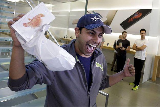 Un client heureux après l'achat de son nouveau téléphone Apple.