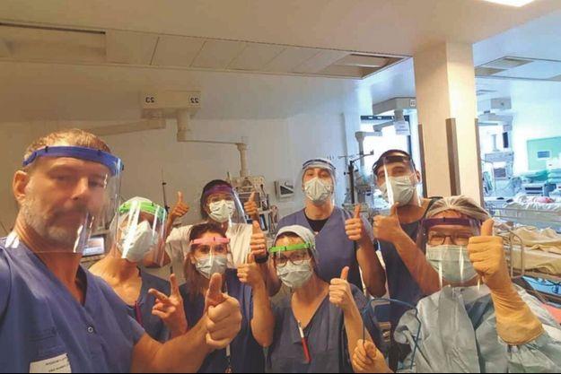 Le personnel hospitalier remercie un habitant de Brunoy (Essonne) qui leur a fabriqué des visières protectrices avec son matériel 3D.