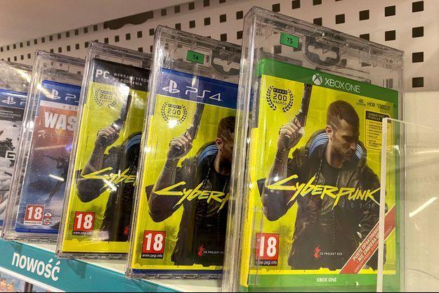 """Des boîtes du jeu """"Cyberpunk 2077"""" dans un magasin de Varsovie, en Pologne, lundi."""