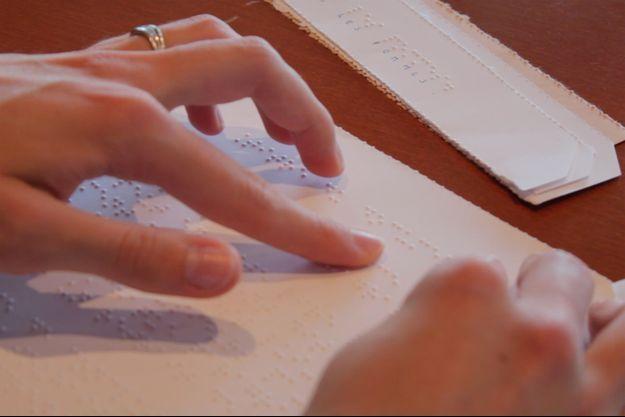 Le braille est un code formé de huit points en relief.
