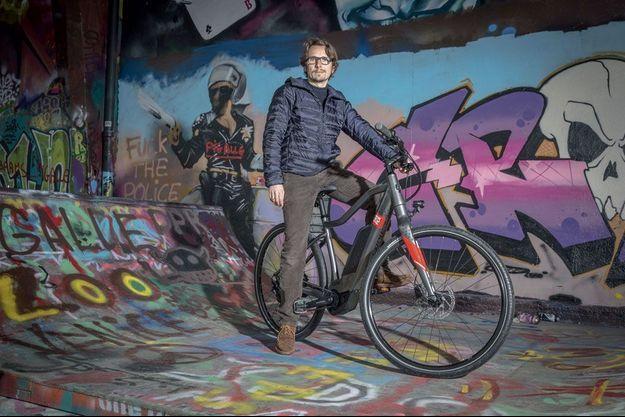 Lorànt Deutsch est photographié à L'Aérosol, le temple du street art à Paris. Son Explorer offre 215 kilomètres d'autonomie grâce à sa batterie de 500 Wh (voir corps du texte).