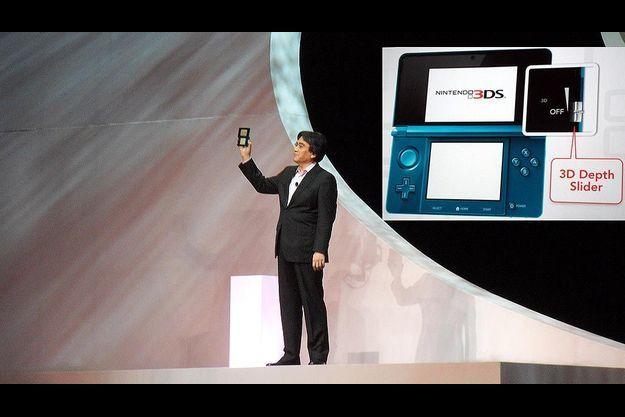 Satoru Iwata, le président de Nintendo, en personne une 3DS à la main.