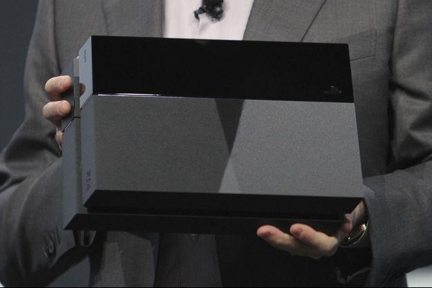 La Playstation 4 entre les mains du patron de Sony Computer Entertainment, Andrew House.