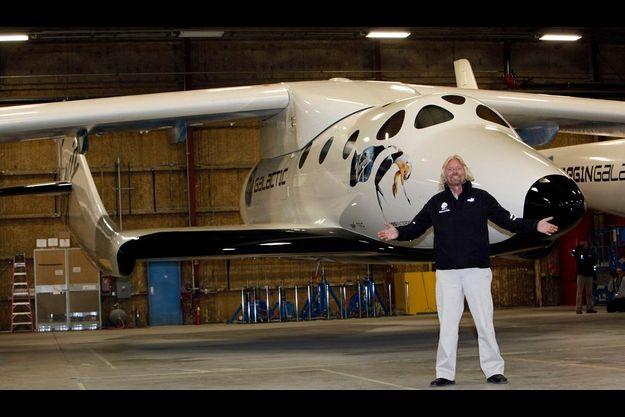 Dimanche 6 décembre, Branson s'extasie devant ce drôle d'oiseau, mi-aéroplane, mi-fusée, dont on aperçoit ici la navette centale, où siégeront les passagers.